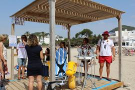 El servicio de baño adaptado ya está disponible en la playa de Cala Llonga