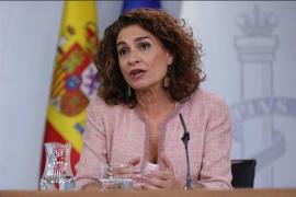 Montero, «ilusionada» con el acuerdo que el PP cree que hará perder a los ayuntamientos más de la mitad de sus ahorros