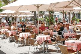 Las Pitiüses recuperan casi 10.000 turistas españoles en junio, pero siguen perdiendo italianos