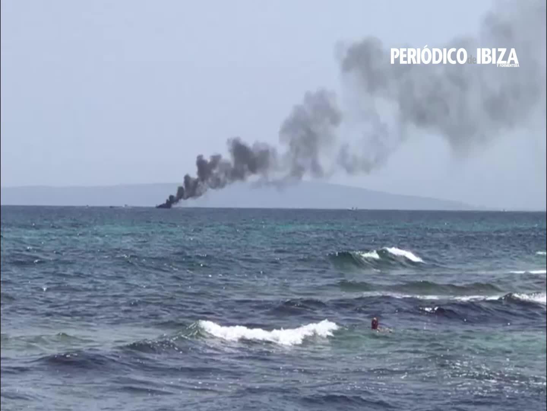 Un yate se hunde tras ser devorado por las llamas en Ibiza