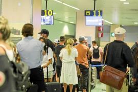 Turistas británicos denuncian que no hay control de la cuarentena al llegar a su país