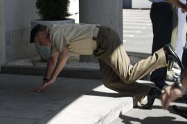 El Rey sufre una caída al tropezar en una  visita al Estado Mayor de la Defensa