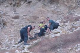 Rescatada una familia con tres menores tras perderse en los acantilados de Cala Blanca