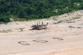 Salvan a tres náufragos gracias a un gran SOS escrito en la arena