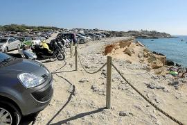 La Policía Local de Sant Josep pone punto final a una fiesta de cien personas en Cala Comte