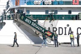 La llegada a Ibiza de los inmigrantes de la patera rescatados, en imágenes. (Fotos: Arguiñe Escandón)