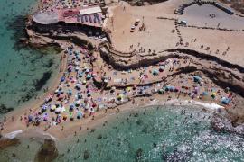 Sant Josep cierra los accesos a Platges de Comte y Cala Bassa durante dos horas