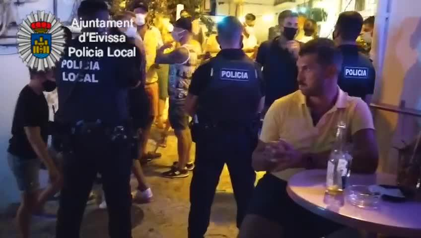La Policía Local restringe el paso a una calle de sa Penya debido a la aglomeración de peatones