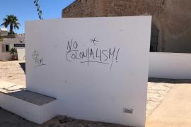 El Consell de Formentera denuncia pintadas dentro del conjunto histórico de Sant Francesc