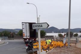 Un camión desparrama miles de botellines de cerveza en Ibiza