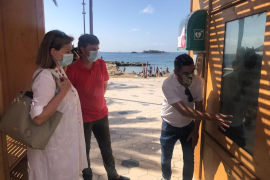 Una estación sanitaria para concienciar sobre la necesidad de protegerse del sol