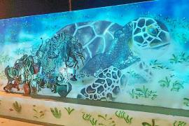 Una tortuga atrapada, imagen de un nuevo mural en el Casal de Joves de Formentera