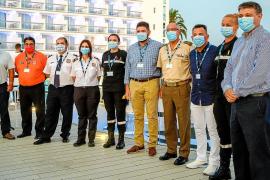Representantes de los colectivos junta al dIrector general de Sirenis Sirenis Hotels & Resorts, Pedro Matutes.