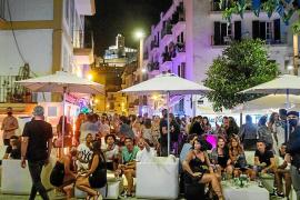 Los turistas aprovechan los últimos tragos en el puerto de Ibiza