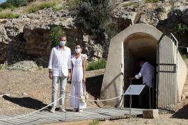 Los Reyes conocen en Vila la necrópolis mejor conservada del Mediterráneo occidental