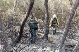 Doce brigadistas y dos autobombas siguen actuando en la zona quemada en Sant Antoni