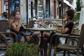 El Govern balear multa desde hoy con 100 euros a quien fume en los espacios públicos