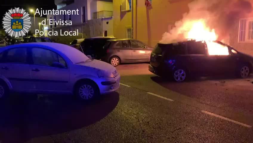 Arde otro vehículo estacionado en una calle de Ibiza