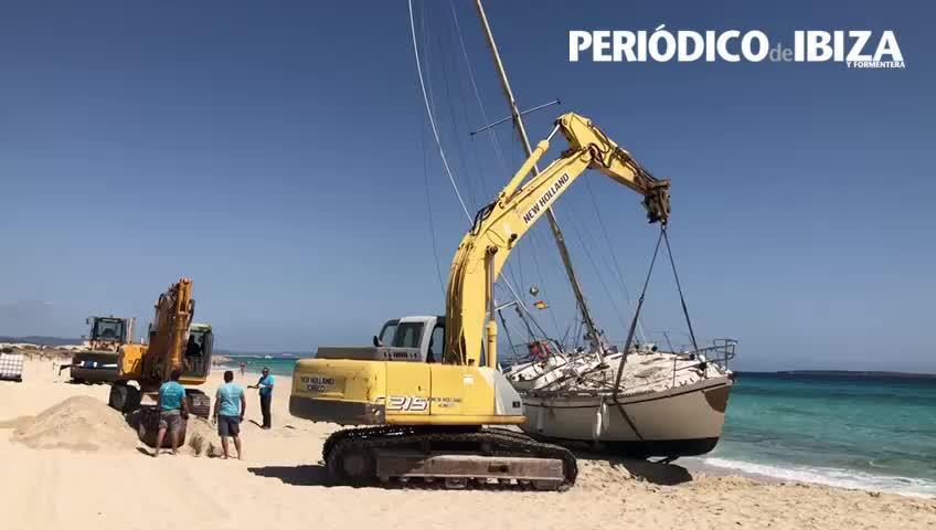 Formentera comienza la retirada del velero varado en la playa de Levante