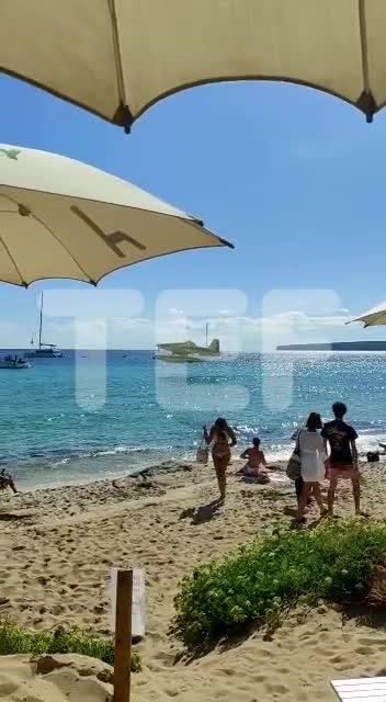 Una hidroavión antiincendios provoca perplejidad en una playa de Formentera