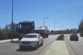 Un camión que trasladaba una embarcación bloquea un carril de la avenida Vuit d'Agost por una avería