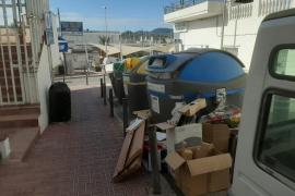 Por las calles de Sant Antoni también se acumula basura