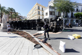 Las mejores imágenes del camión volcado en el puerto de Ibiza.