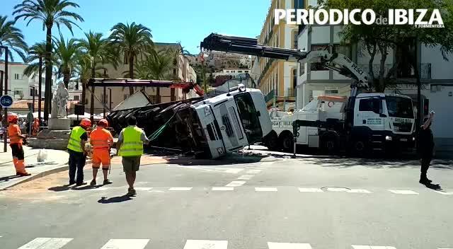 El vuelco de un camión obliga a cerrar el acceso al puerto de Ibiza y La Marina casi cinco horas