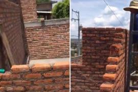Un albañil construye una habitación y se olvida de la puerta