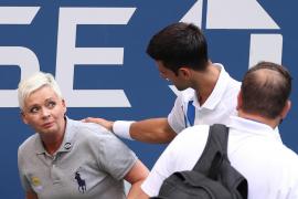 Djokovic, descalificado del US Open por un pelotazo a una juez de línea