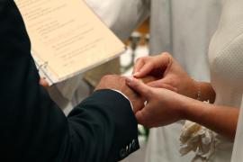 Se entera de la infidelidad de su exmarido cuando la prensa anuncia su boda con la que había sido su amante