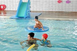 Las aguas de la piscina como patio de recreo para todos