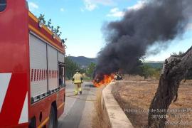 Las llamas devoran un vehículo que circulaba por ses Païsses