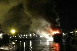 Arde una embarcación de 30 metros de eslora en un puerto deportivo de Vila