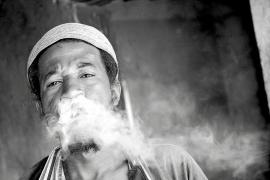 UN DROGADICTO FUMA HEROÍNA EN PIPA