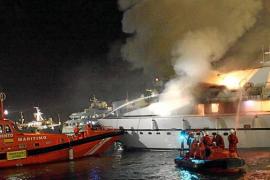 Destruido por el fuego un yate de 30 metros de eslora que estaba amarrado en Marina Ibiza