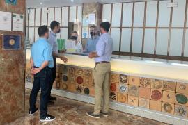 Marcos Serra realiza una ronda de visitas por los establecimientos hoteleros de Sant Antoni