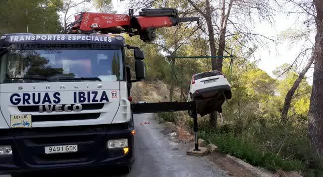 Herido tras caer con su coche por un desnivel de más de 20 metros en Sant Josep