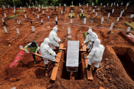 El castigo por no llevar mascarilla en Indonesia: Cavar tumbas para los muertos con COVID
