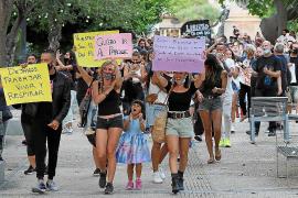 Más de 200 personas se movilizan por las calles de Ibiza contra las restricciones