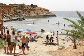 Las Pitiüses recuperan en dos meses a casi 19.000 turistas españoles, pero pierden 9.000 italianos