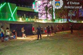 La Policía Local disuelve un botellón de 50 jóvenes en Platja d'en Bossa
