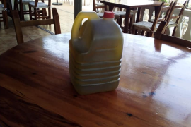 Roban garrafas de aceite en un restaurante de Ibiza