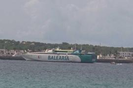 El 'Ramón Llull' sufre una avería al llegar a Formentera