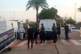 La llegada a Ibiza de los inmigrantes de la patera interceptada en Formentera, en imágenes