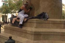 Comienzan los trabajos de limpieza de las pintadas en la base de la estatua de Vara de Rey