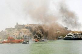 Un herido grave y tres leves al incendiarse una lancha en el puerto de Vila