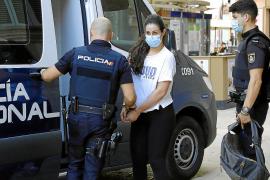 La familia de la acusada alega que la joven sufre trastornos y la acusación sostiene el asesinato