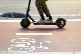 Muere el conductor de un patinete eléctrico al chocar con una furgoneta en Barcelona