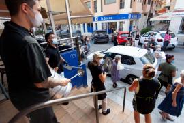 Segundo día de protestas en el Mercat Nou, en imágenes. (Fotos: Daniel Espinosa)